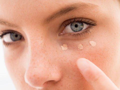 Påføring af concealer under øjet.
