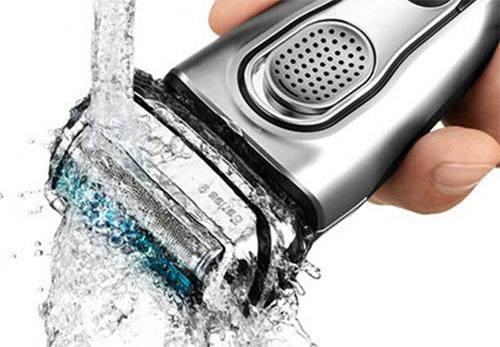 Rengør barbermaskinen nemt under bruseren eller vandhanen.